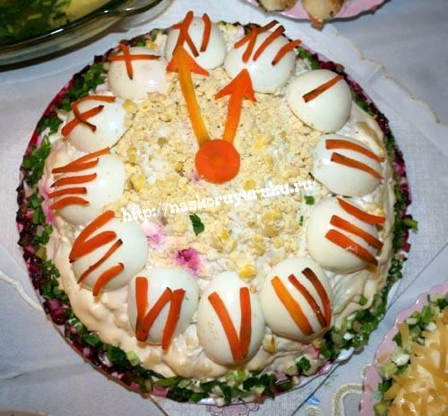 салат со свеклой курицей и грецкими орехами