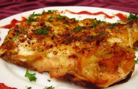 Gorbusha , zapechennaya v dukhovke , s morkov'yu lukom i mayonezom , i syrom