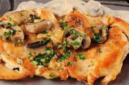 Kuritsa zapechennaya s kartofelem v gorshochkakh