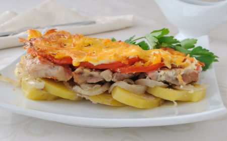 Myaso zapechennoye s kartofelem