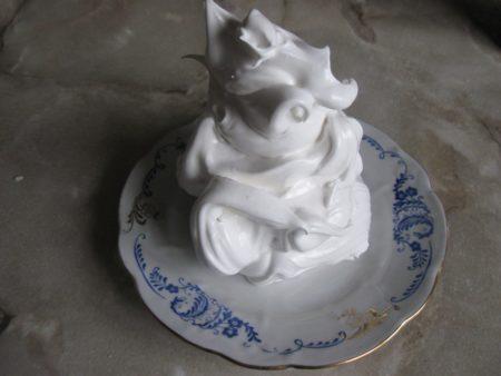 Belkovyy krem dlya ukrasheniya torta khorosho derzhit formu 2