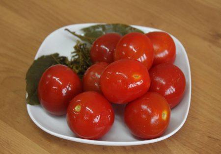 Malosol'nyye pomidory retsept bystrogo prigotovleniya v kastryule