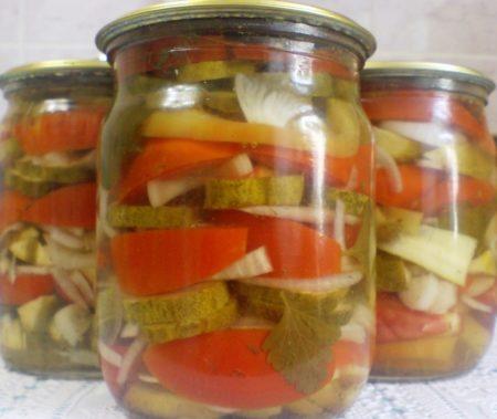 assorti-iz-ogurtsov-i-pomidorov-na-zimu-samyy-vkusnyy-bez-sterilizatsii-4