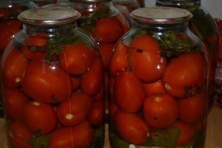 kak-solit-pomidory-na-zimu-v-bankax-bez-uksusa