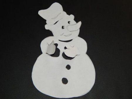 kak-sdelat-snegovika-na-okno-iz-bumagi